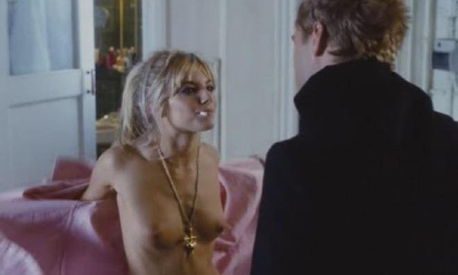 Sienna Miller aparece como una hippy desnuda