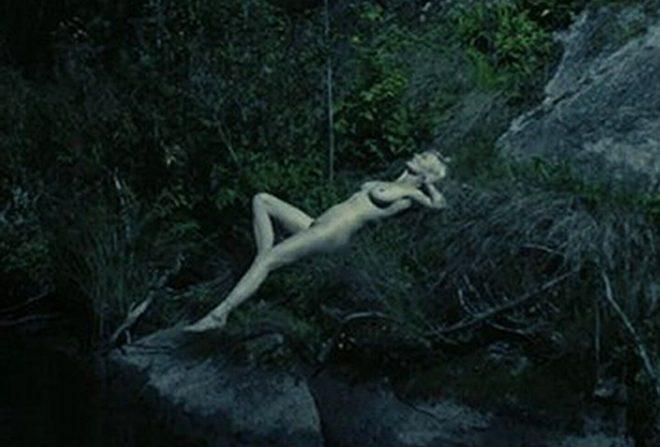 Kirsten Dunst Tumbada Desnuda En Una Imagen De Melancol A