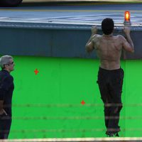 Henry Cavill marca espalda en el set de 'Superman: Man of Steel'