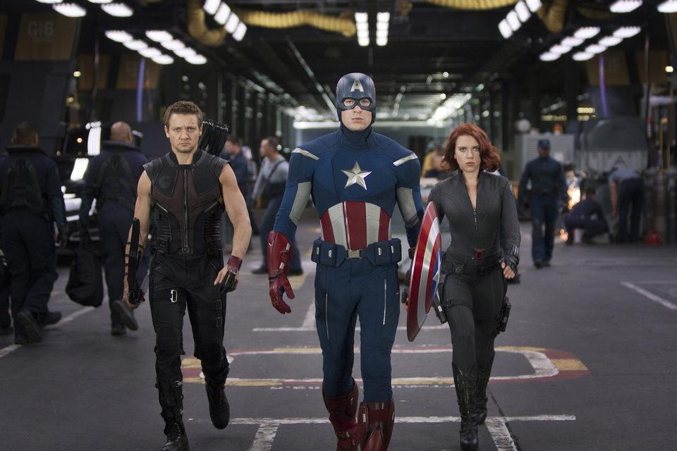 El Capitán América dirige a Ojo de Halcón y a Viuda Negra a la batalla