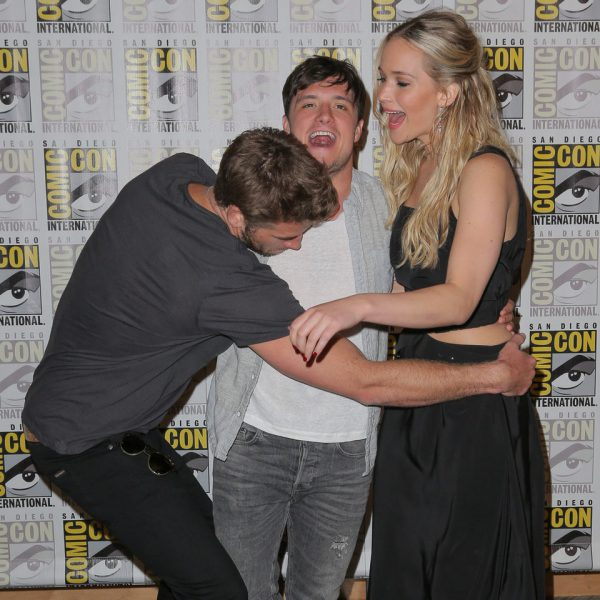 Liam Hemsworth, Josh Hutcherson y Jennifer Lawrence bromean en la Comic-Con 2015