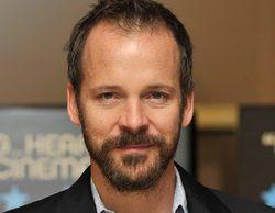 Peter Sarsgaard entra y Jason Momoa sale del remake de 'Los siete magníficos'