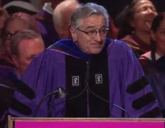 Robert De Niro da el discurso de graduación de la Universidad de Nueva York: 'Estáis jodidos'