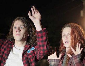 Jesse Eisenberg y Kristen Stewart, de armas tomar en el nuevo tráiler para adultos de 'American Ultra'