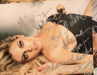 Ante la confusión de un fan, Amber Heard firma una foto protagonizada por Amaia Salamanca