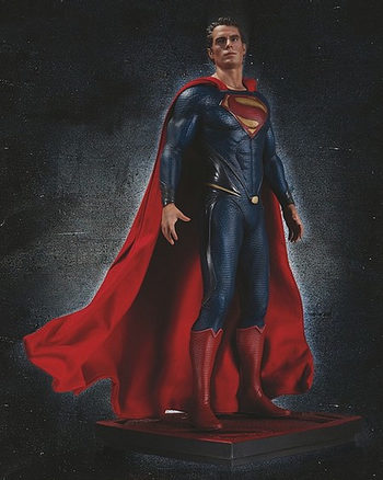 Figura con el traje definitivo de Superman