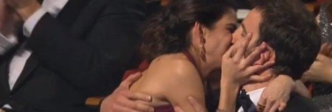Clara Lago besa a Dani Rovira
