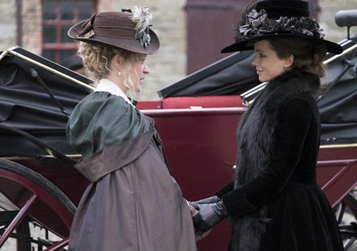 Kate Beckinsale y Chloë Sevigny en 'Love and Friendship'