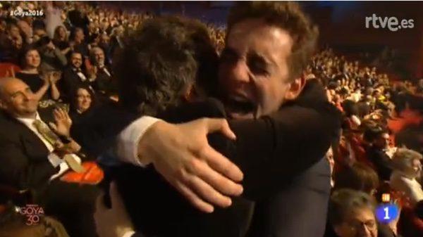 miguel Herrán abraza a Daniel Guzmán