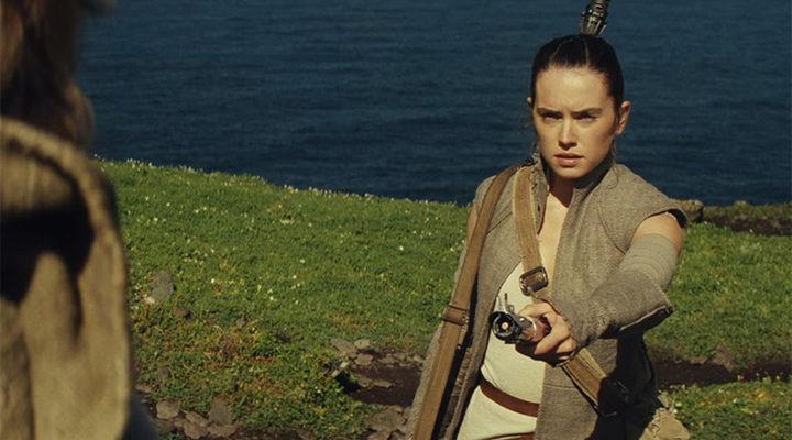 Rey entregando a Luke su espada láser