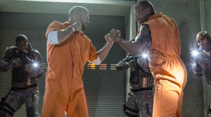 Dwayne Johnson y Jason Statham durante una escena en el rodaje de 'Fast & Furious 8'