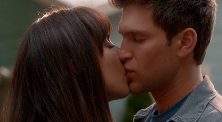 Beso de despedida de Spencer y Toby
