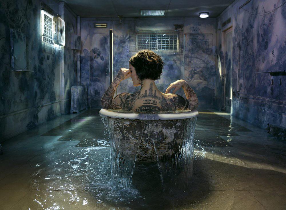 Jaimie Alexander en la bañera en 'Blindspot'