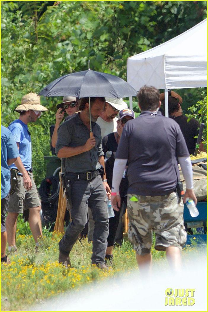 Andrew Lincoln protegiéndose del sol durante el rodaje