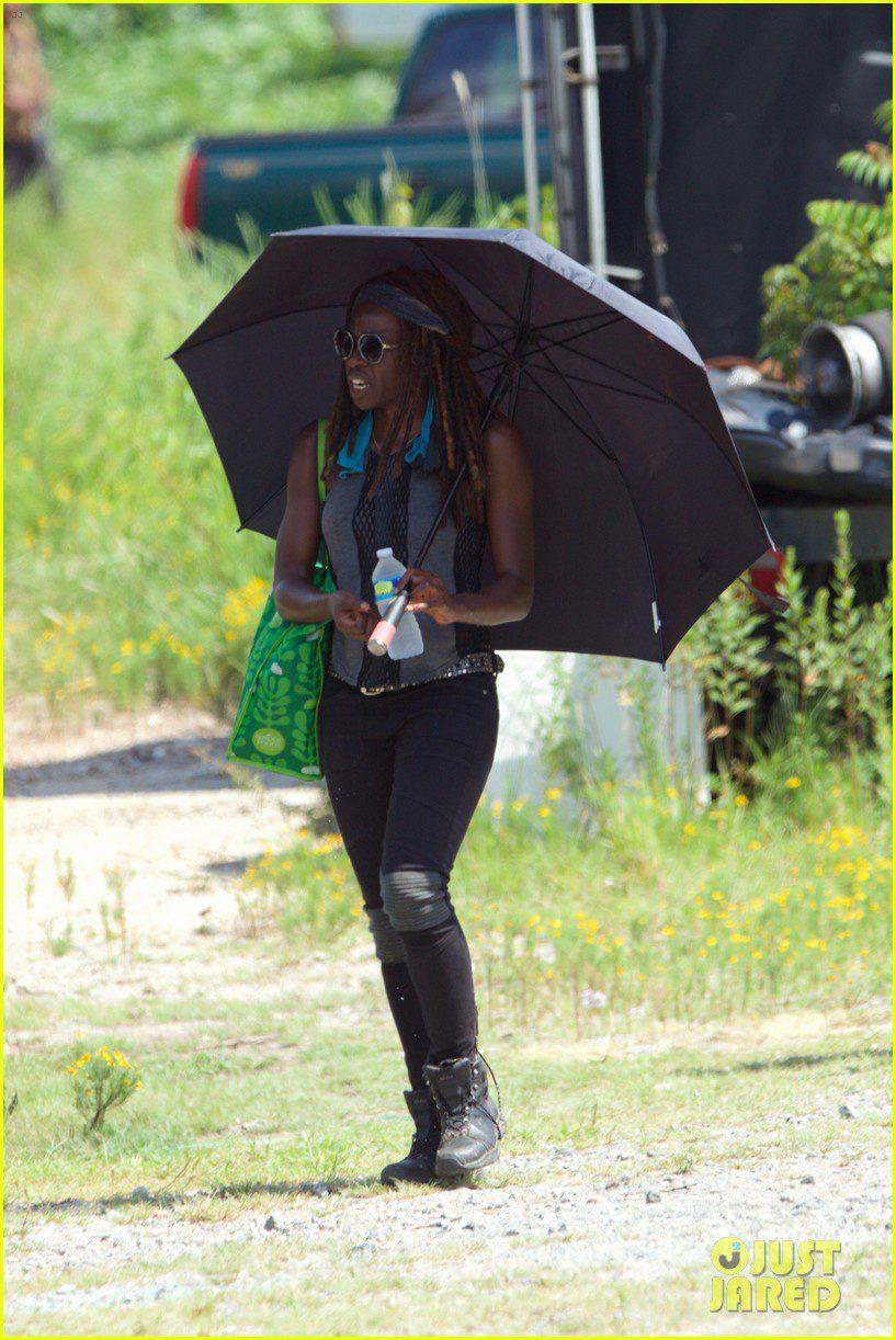 Danai Gurira protegiéndose del sol durante el rodaje