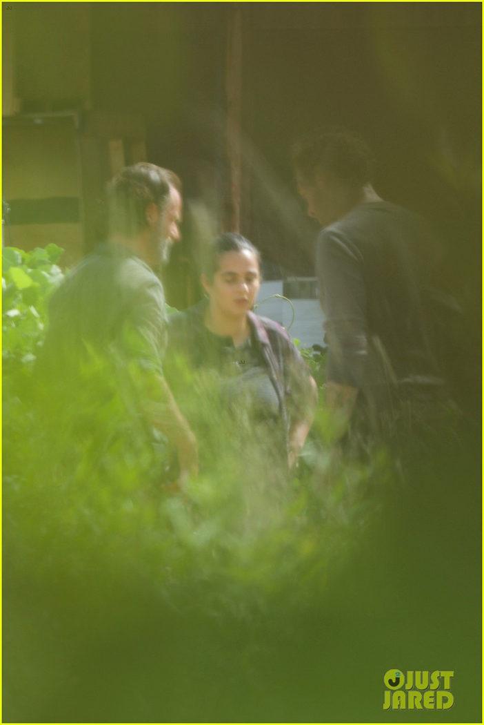 Tara junto con Rick y Aaron en el rodaje de la 7ª temporada