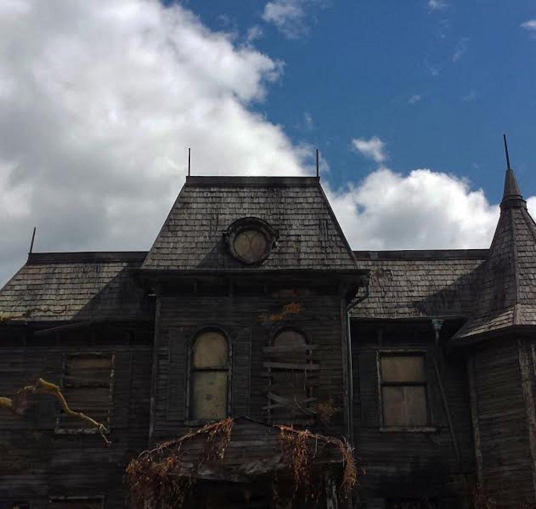 La casa con las ventanas tapadas
