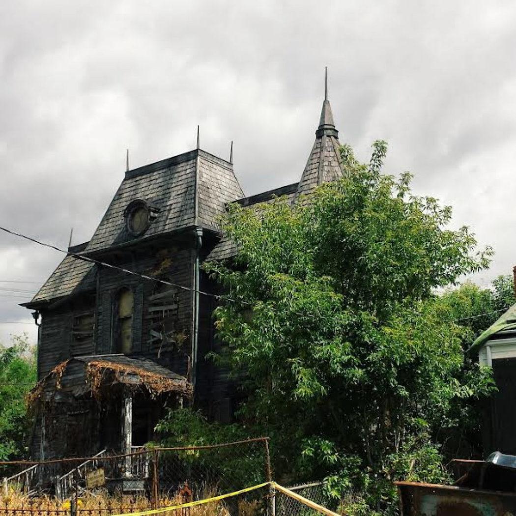 La casa rodeada de vegetación