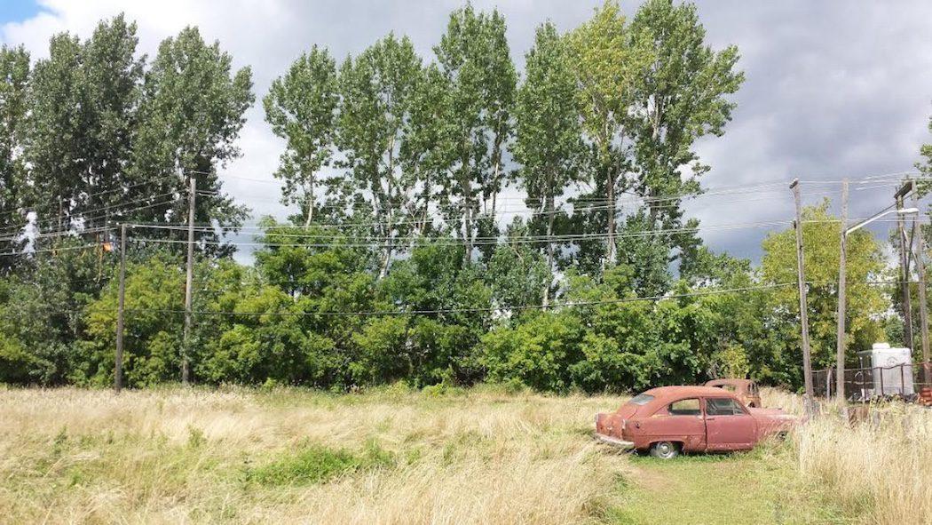 Los alrededores de la casa con coches abandonados