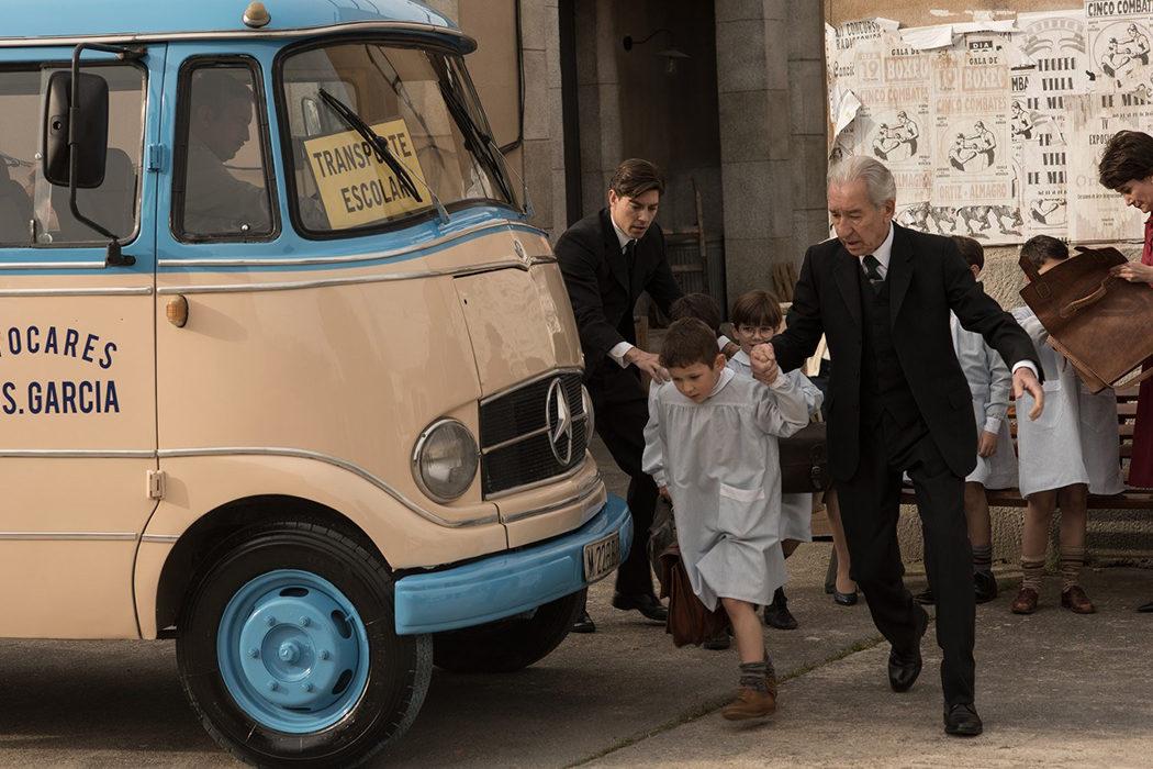 Don Emilio llevando al pequeño Alberto al cole