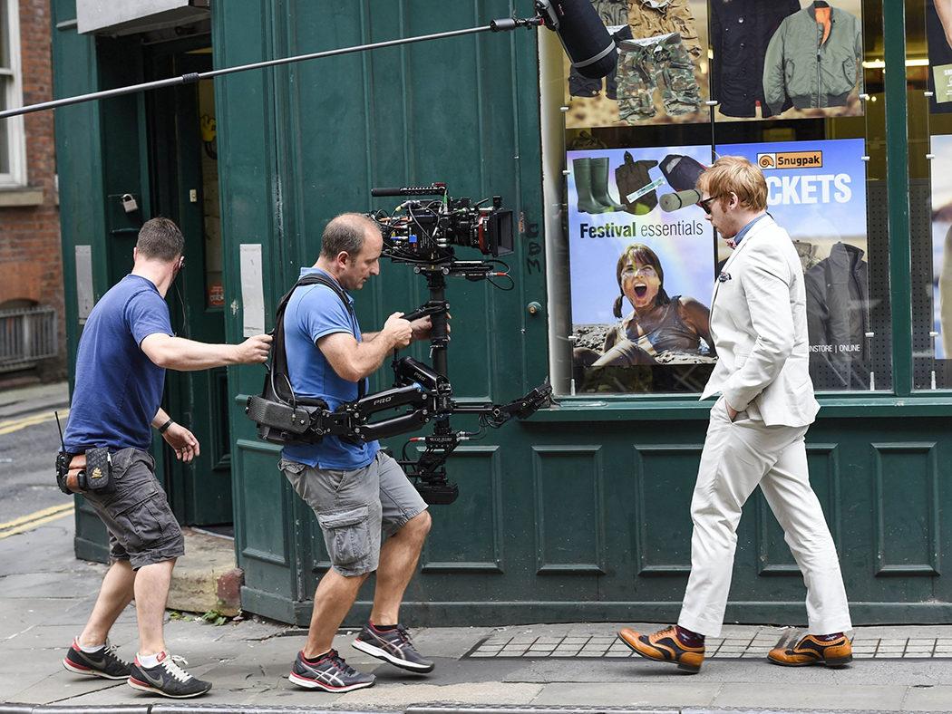Rupert Grint caminando en el rodaje de 'Snatch'