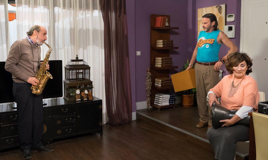Enrique tocando el saxofón en su casa