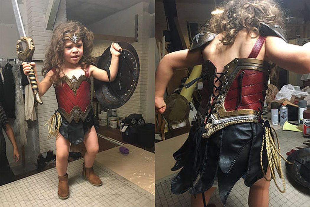 Nellee se prueba el traje de Wonder Woman
