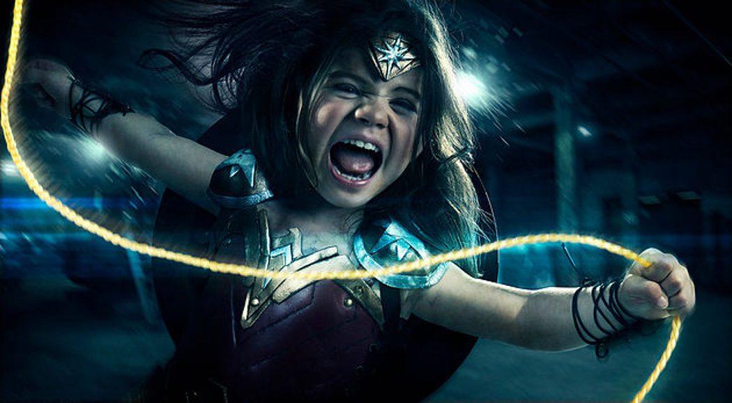 Nellee imitando una escena de acción de 'Wonder Woman'