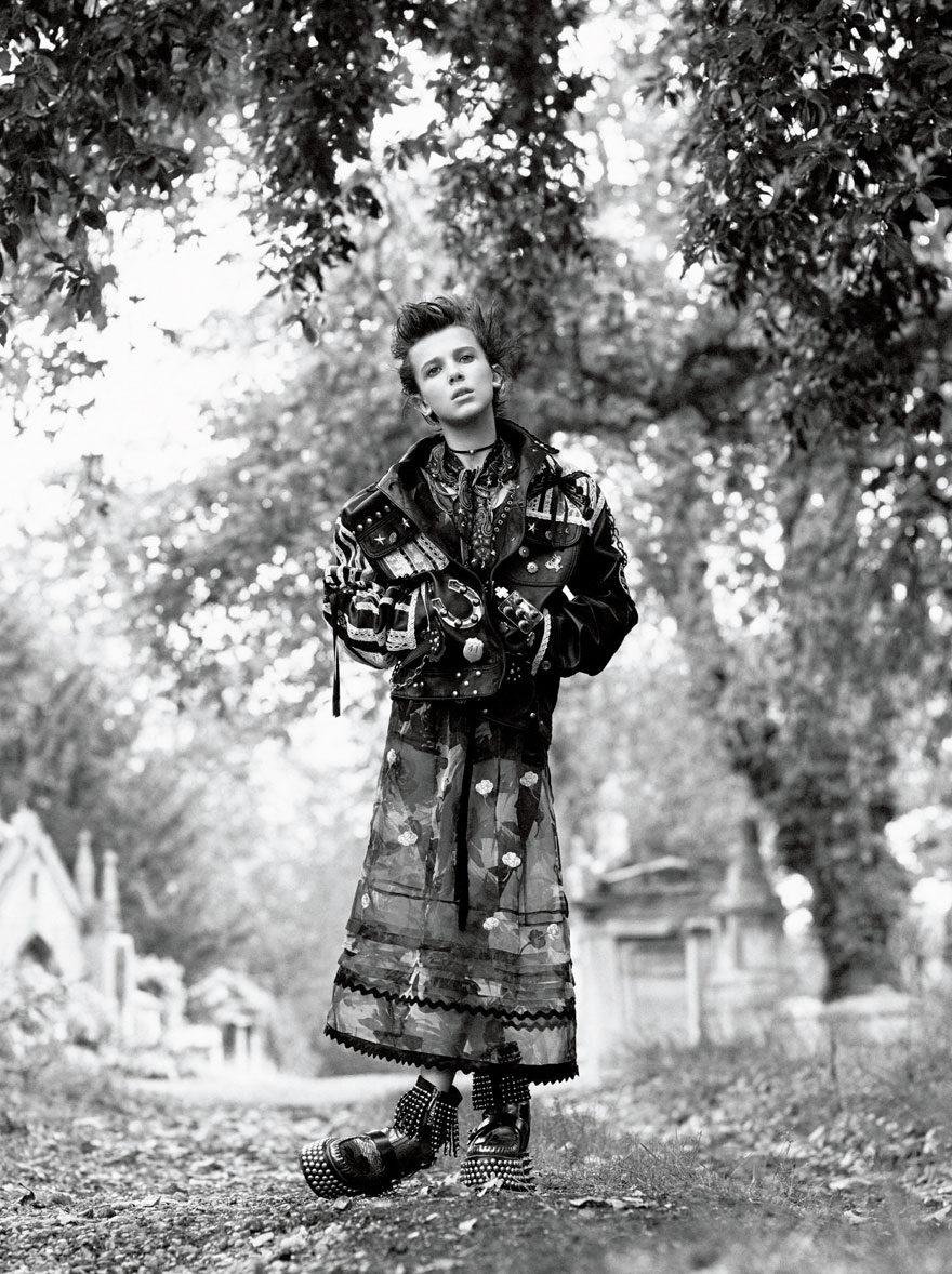Fotografía de Millie Bobby Brown con chaqueta de cuero
