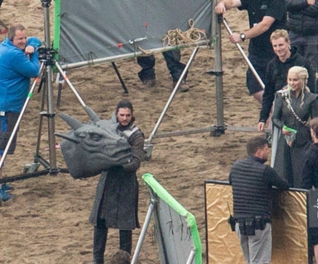 Jon Nieve con la cabeza de un dragón