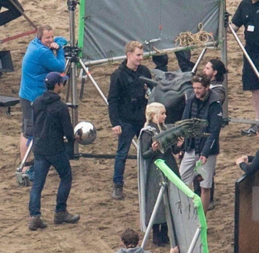 Daenerys Targaryen con la cabeza de un dragón