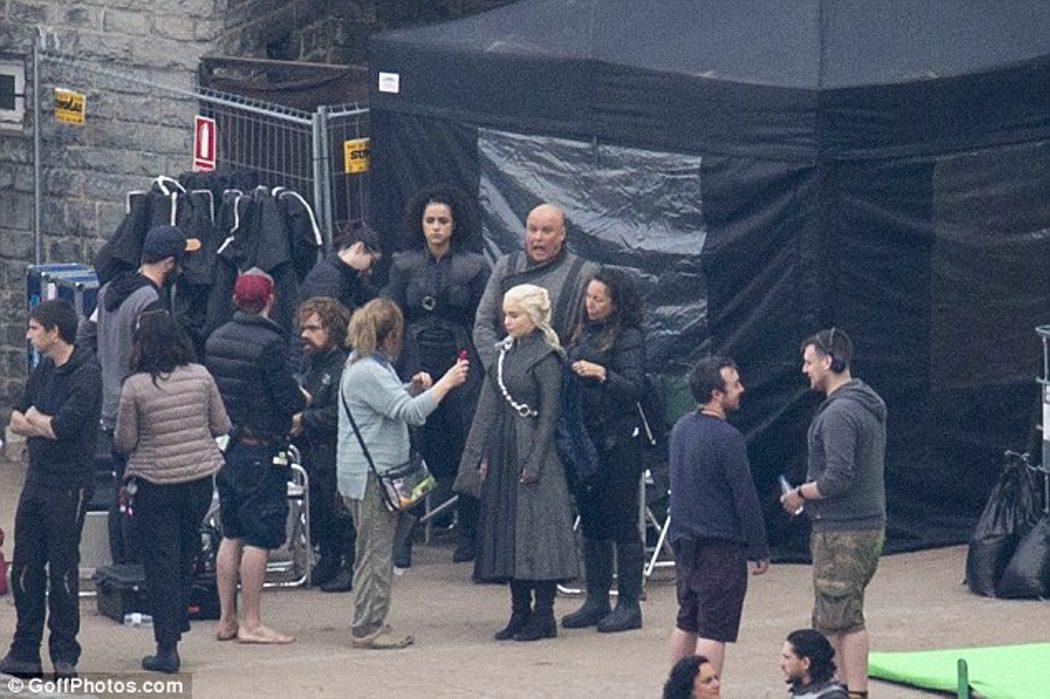 Emilia Clarke siendo caracterizada