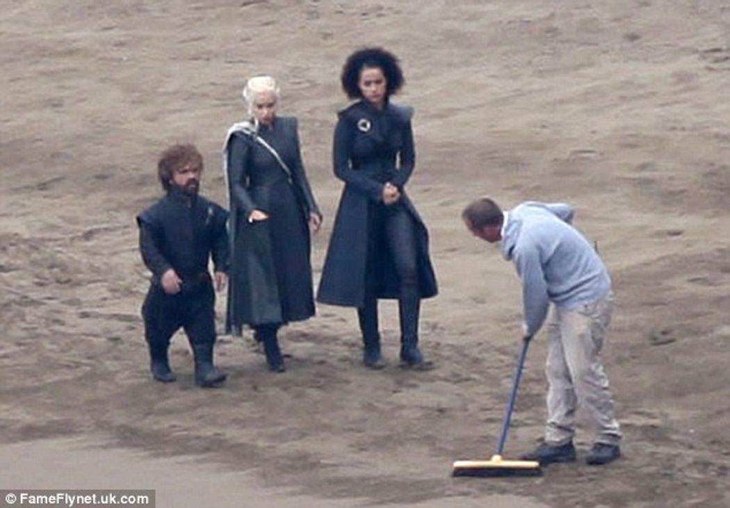 Daenerys, Tyrion y Missandei pasean por la playa