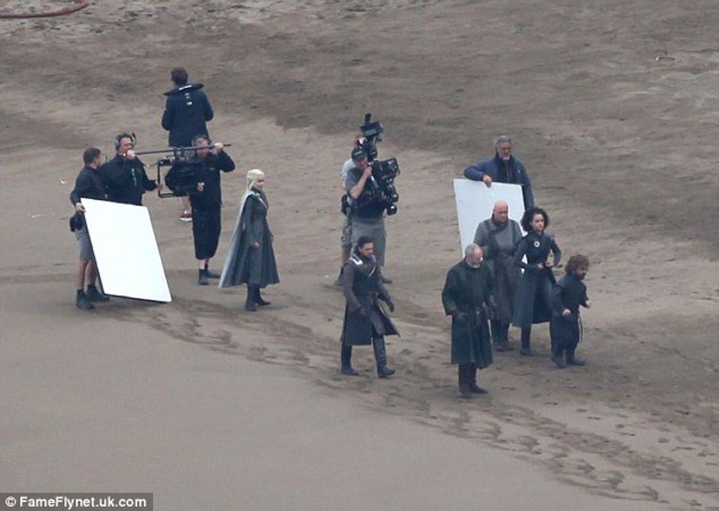 Los personajes más importantes pasean por la playa