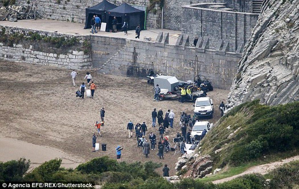 El equipo de rodaje en la playa de Zumaia