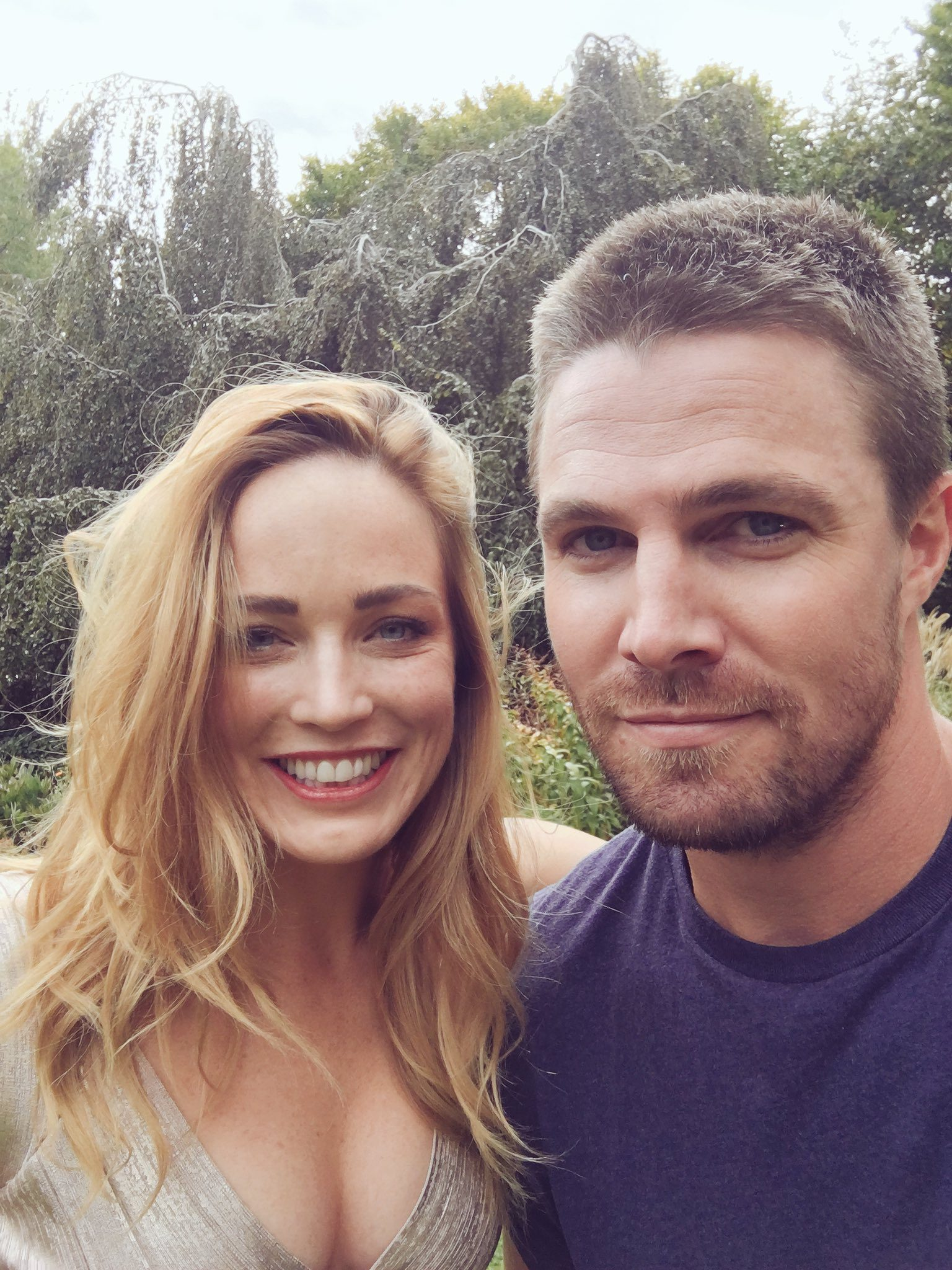 Caity Lotz y Stephen Amell