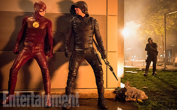 The Flash y Arrow se esconden de un enemigo
