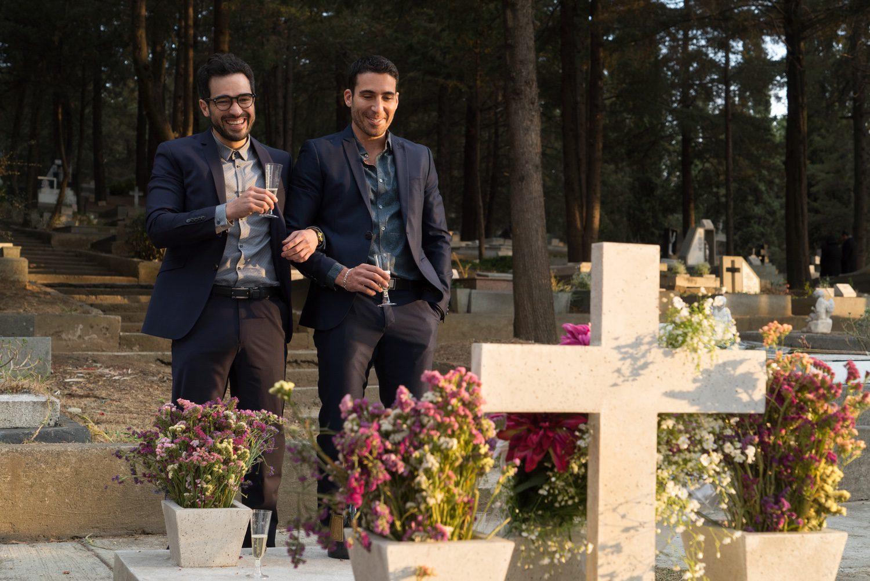 Lito y Hernando delante de una tumba
