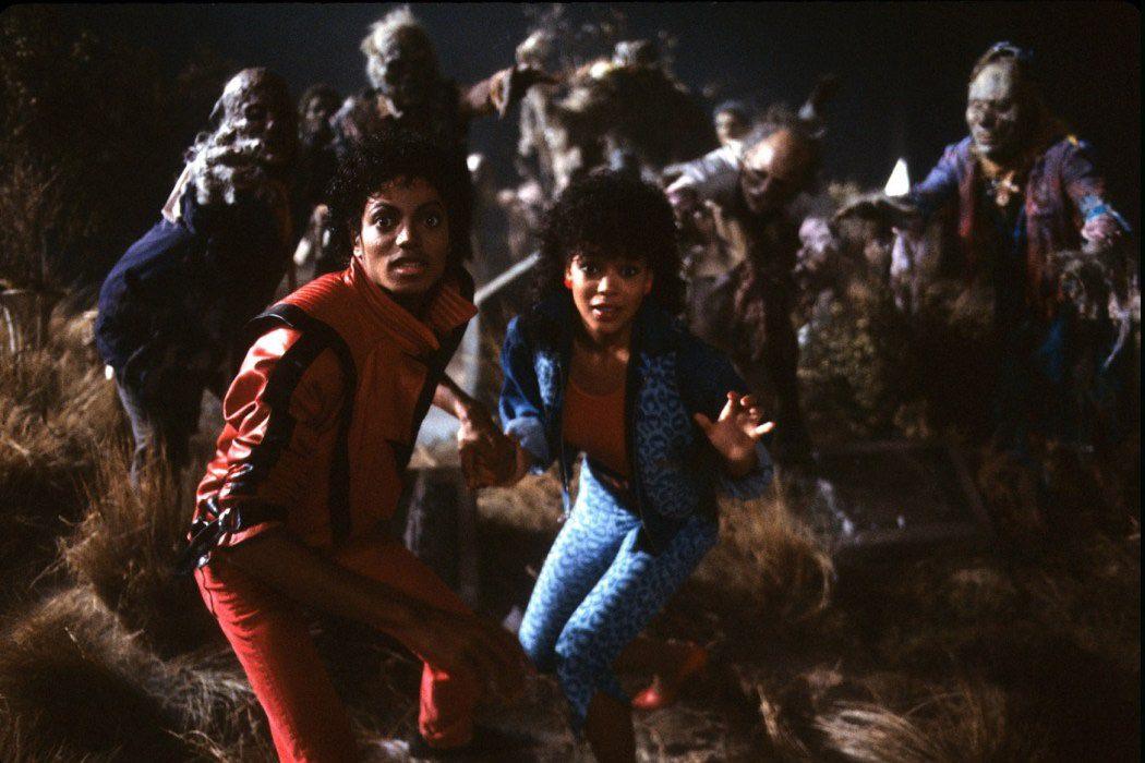El rey del pop y Ola Ray rodeados de zombies