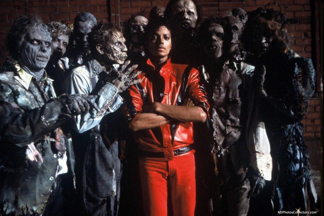 El cantante posando junto a los zombies