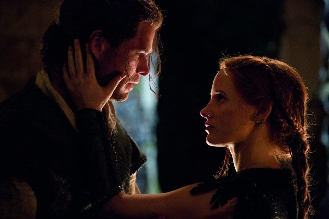 Chris Hemsworth y Jessica Chastain en 'Las crónicas de Blancanieves: El cazador y la reina de hielo'
