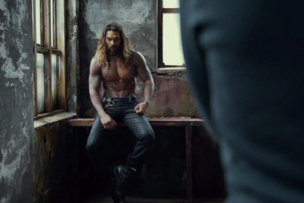 Jason Momoa posando como Aquaman