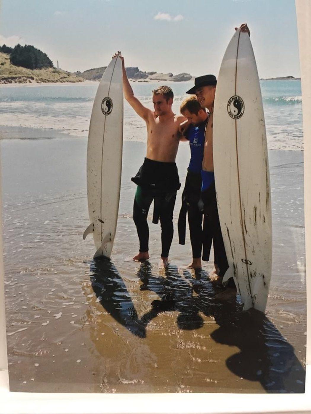 El reparto aprovecha una tarde de surf