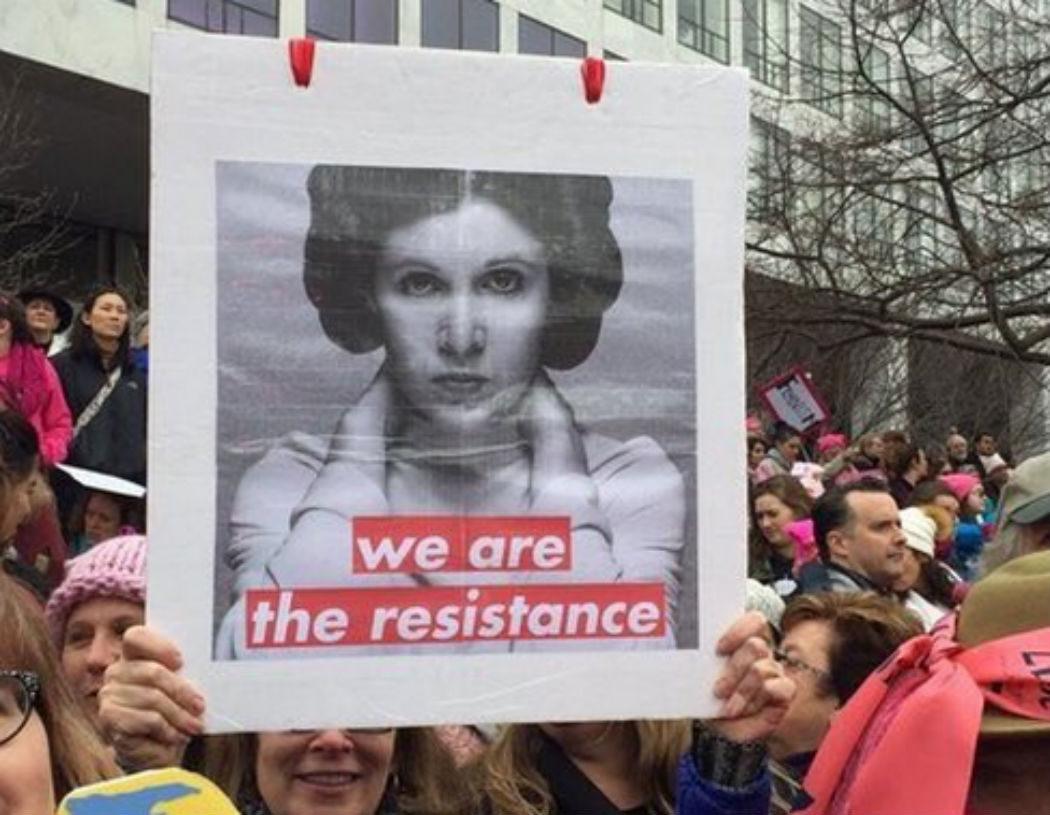 La multitud liderada por Leia