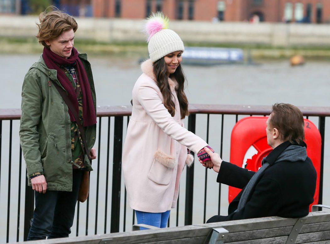Joanna (Olivia Olson) se reencuentra con Daniel (Neeson)