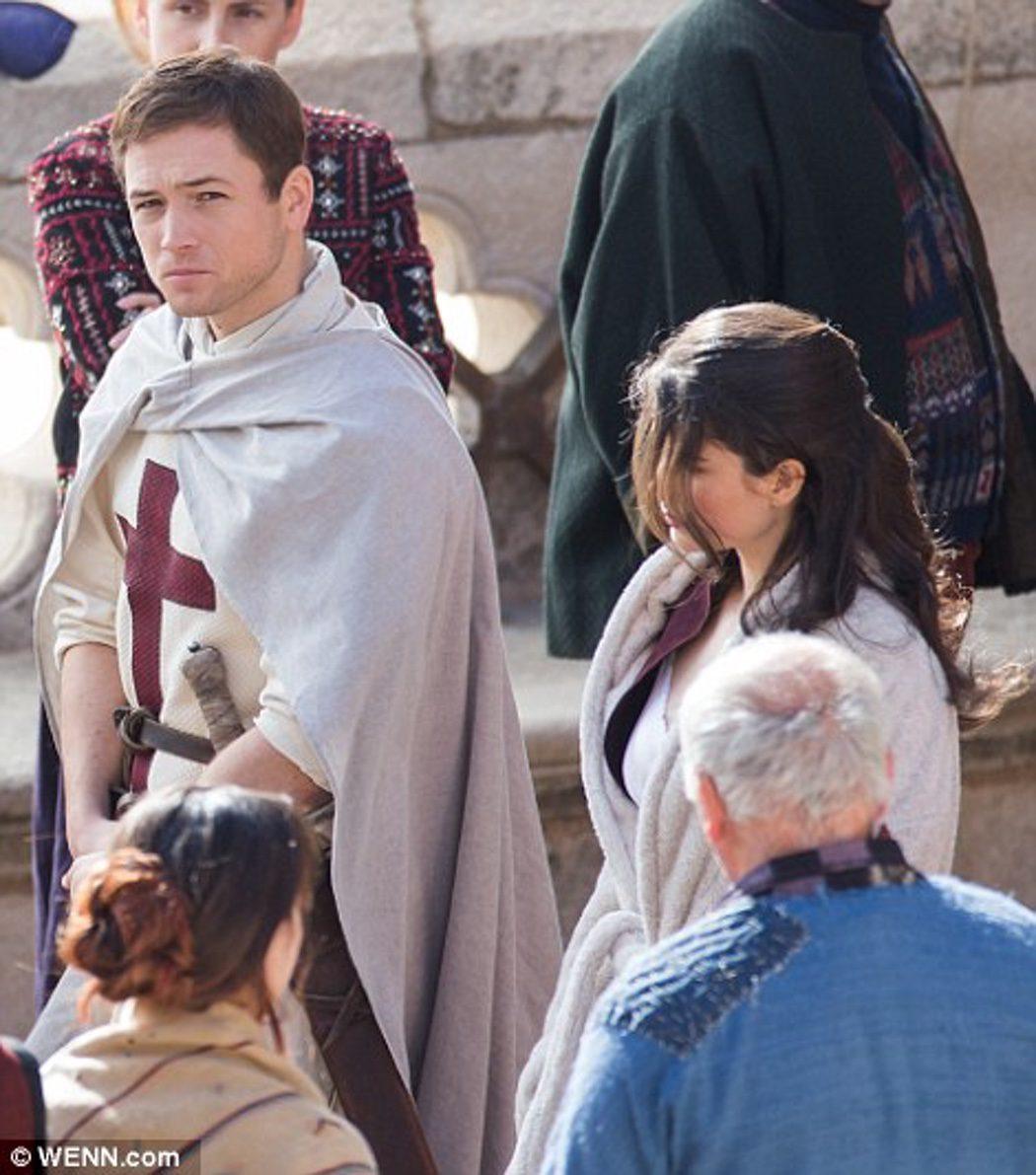 Taron Egerton (Robin Hood) y Eve Hewson (Marian)