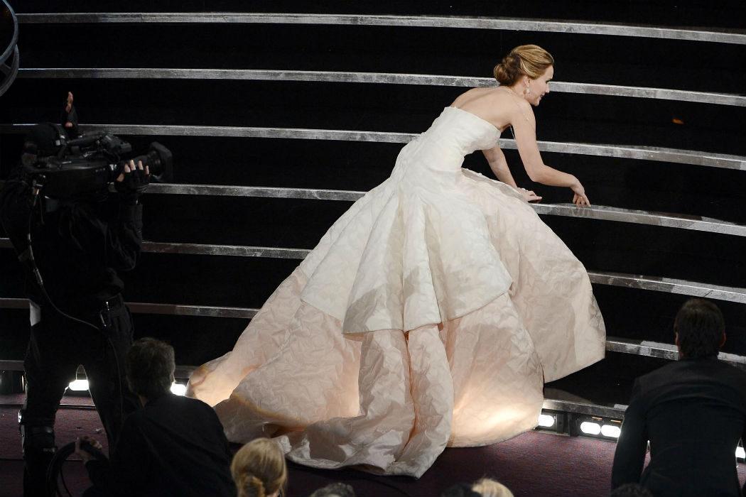 Jennifer Lawrence se cae (dos veces)