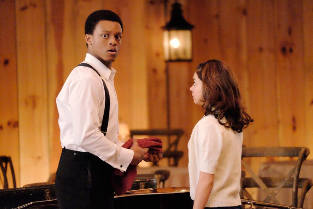 J. Quinton Johnson es Marco y Sarah Hyland es Lisa Houseman
