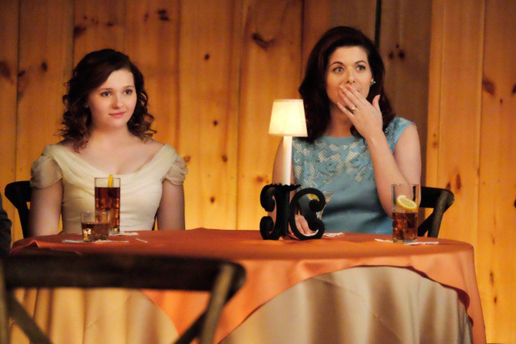 "Abigail Breslin es Frances ""Baby"" Houseman y Debra Messing es Marjorie Houseman"