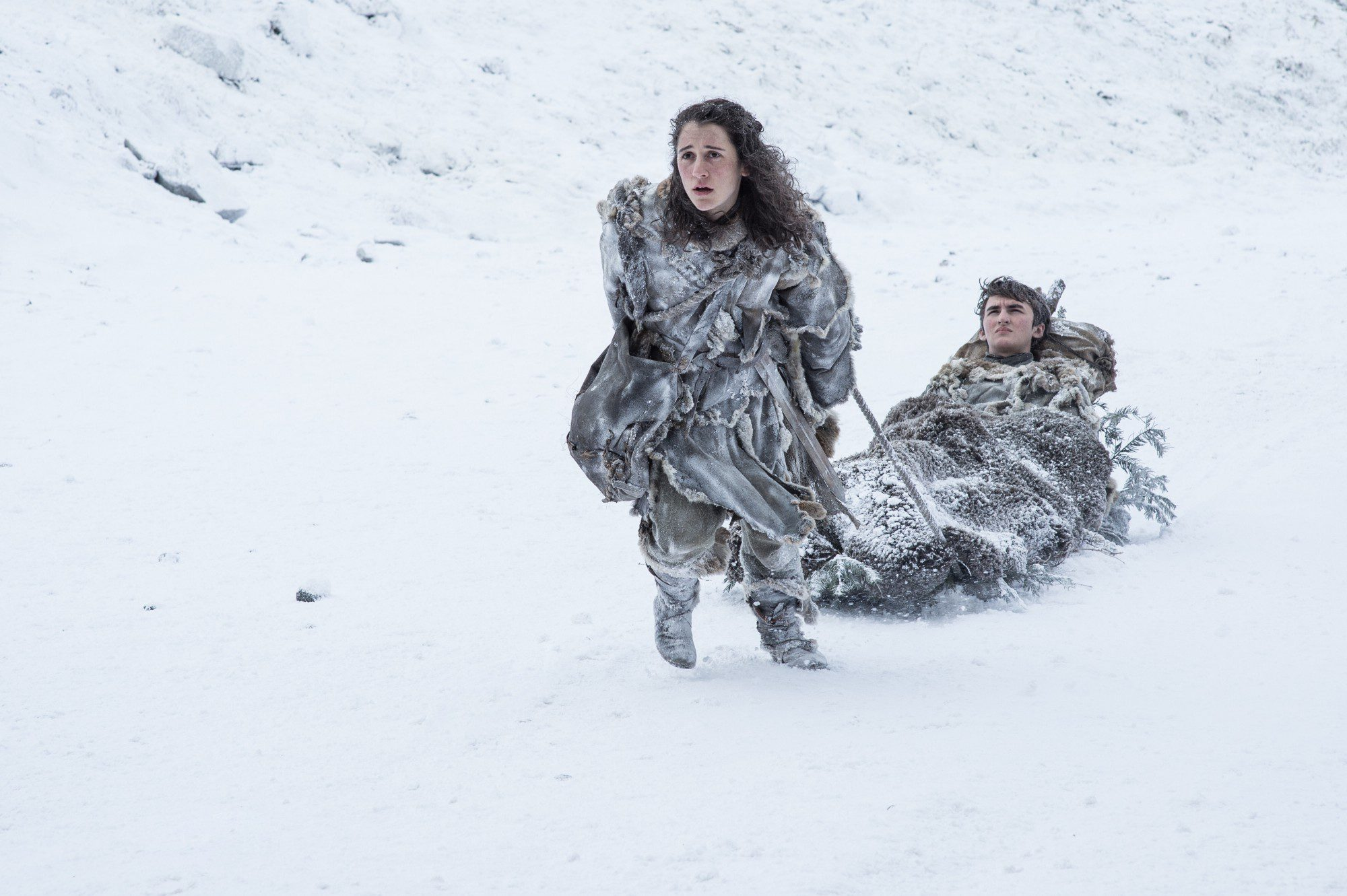 Meera lleva a Bran Stark por la nieve